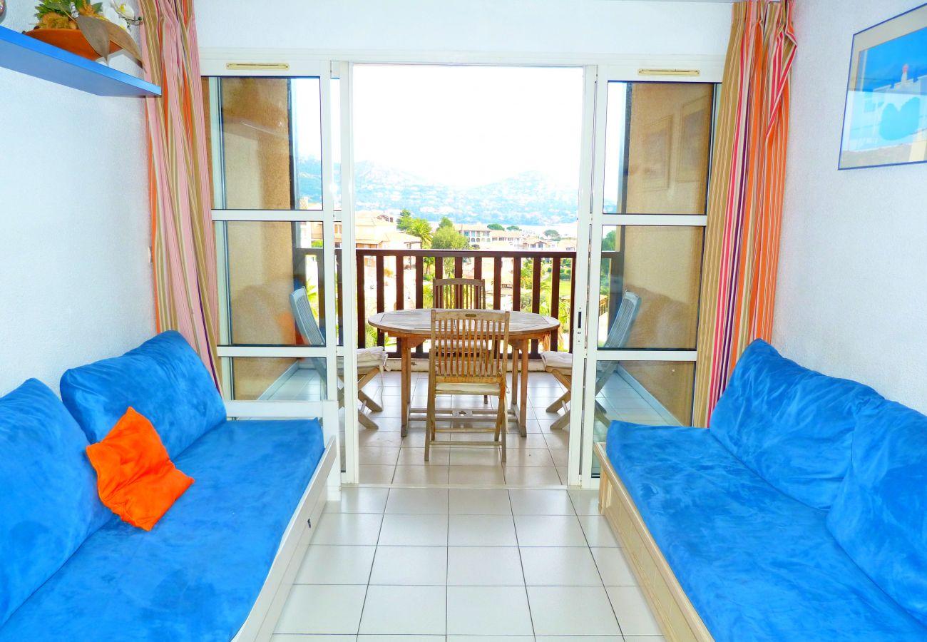 Le séjour et la terrasse de l'appartement de Cap Esterel à Agay