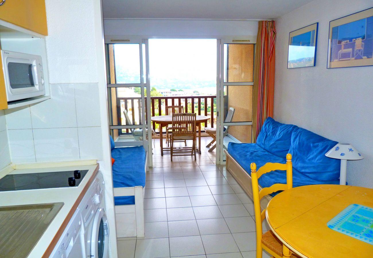 Le séjour et la cuisine du deux pièces au centre du village Cap Esterel à Agay