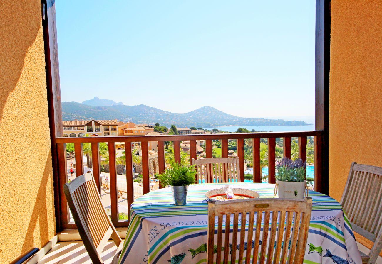 La terrasse de l'appartement avec vue sur la mer et la place principale du village de Cap Esterel à Agay