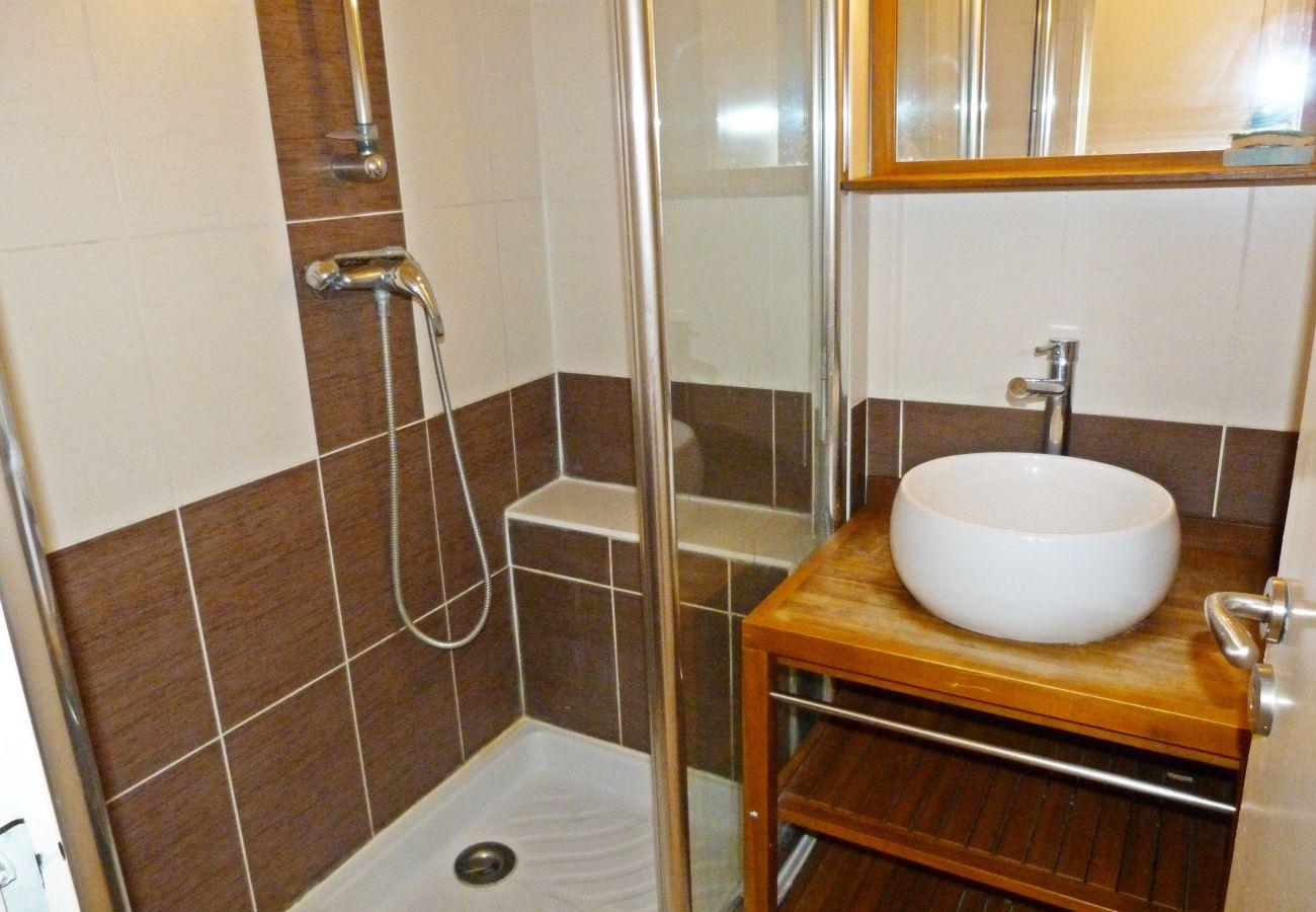 La salle de bain avec douche du studio de Cap Esterel à Agay