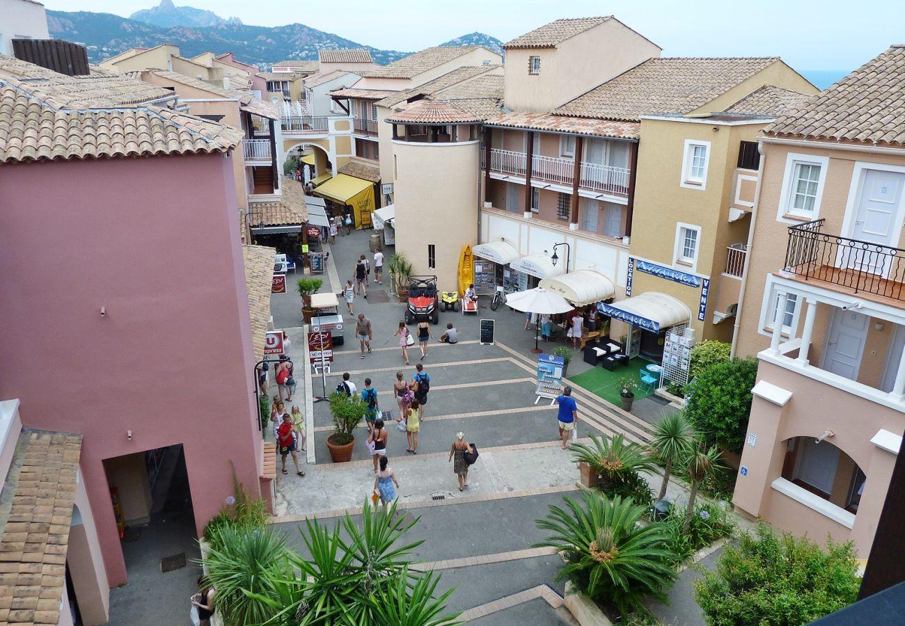 La rue des commerces du village de Cap Esterel à Agay