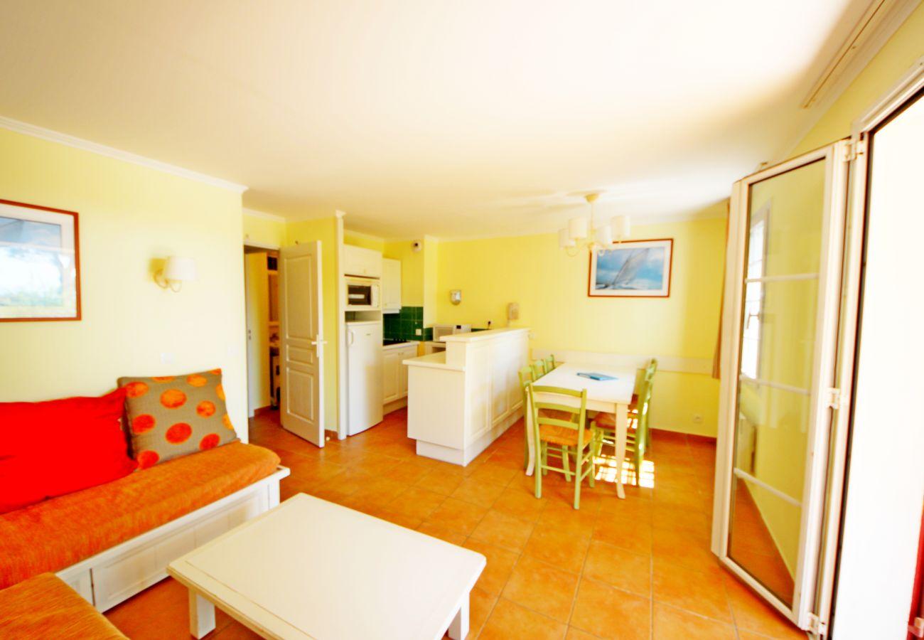 Le séjour et la cuisine de l'appartement de la Résidence Rivage du Lac au Dramont