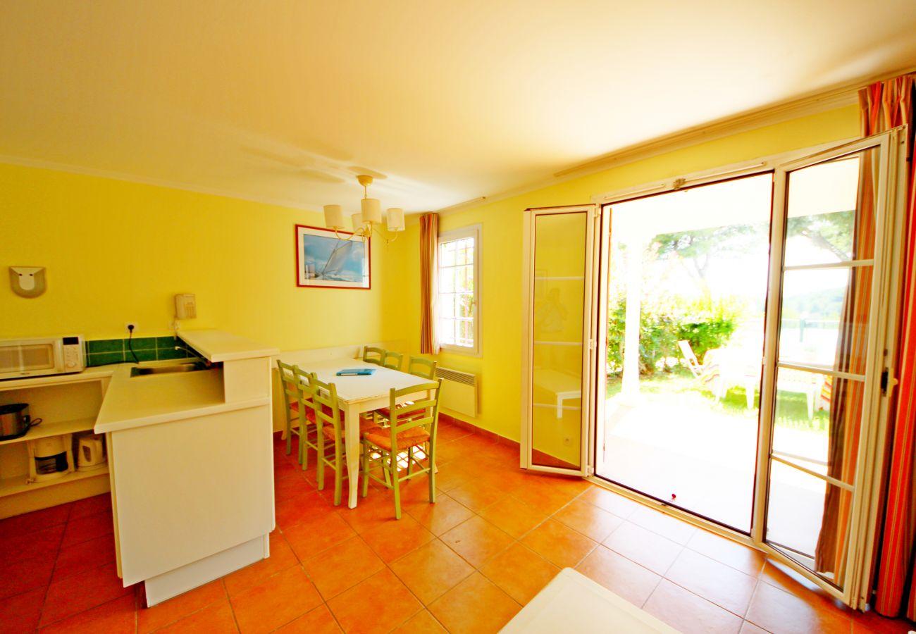 La cuisine de l'appartement de la résidence Rivage du Lac au Dramont