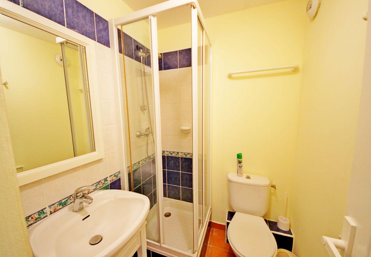 La salle de bain avec douche de l'appartement de la résidence Rivage du Lac au Dramont