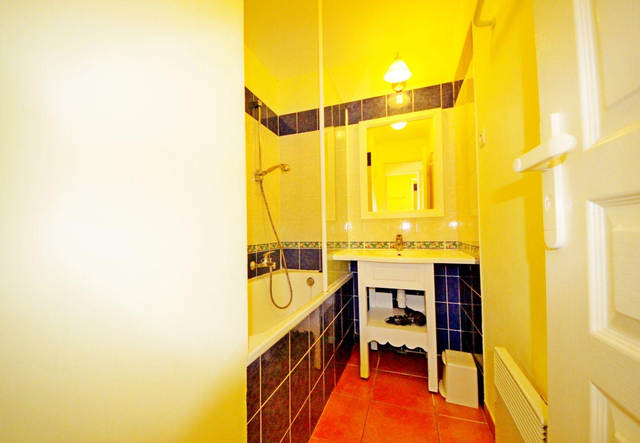 La salle de bain avec baignoire de l'appartement de la résidence Rivage du Lac au Dramont