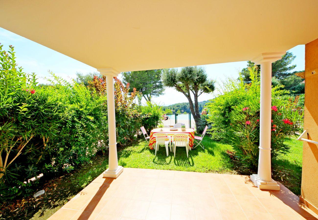 La terrasse et le jardin de l'appartement de la résidence Rivage du Lac au Dramont