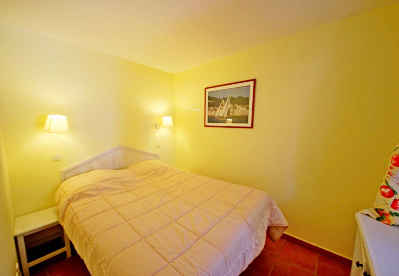 La chambre avec lit double de l'appartement de la résidence Rivage du Lac au Dramont