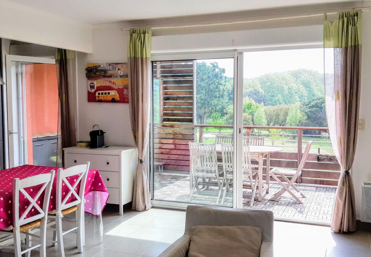 Le séjour et la cuisine de l'appartement de la Résidence Rive Nature à Agay