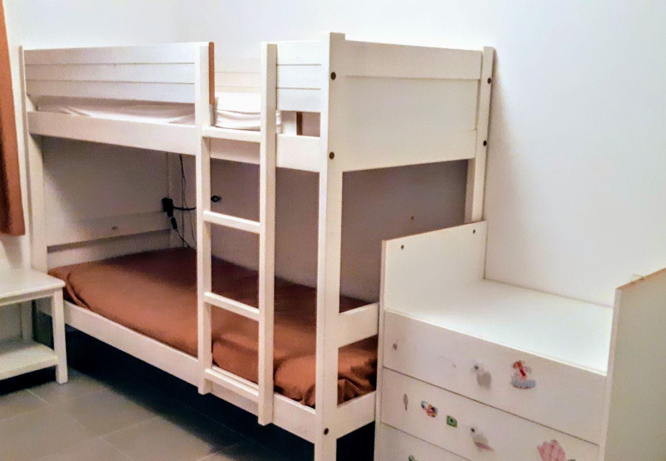 La chambre avec lit superposé de l'appartement de la résidence Rive Nature à Agay