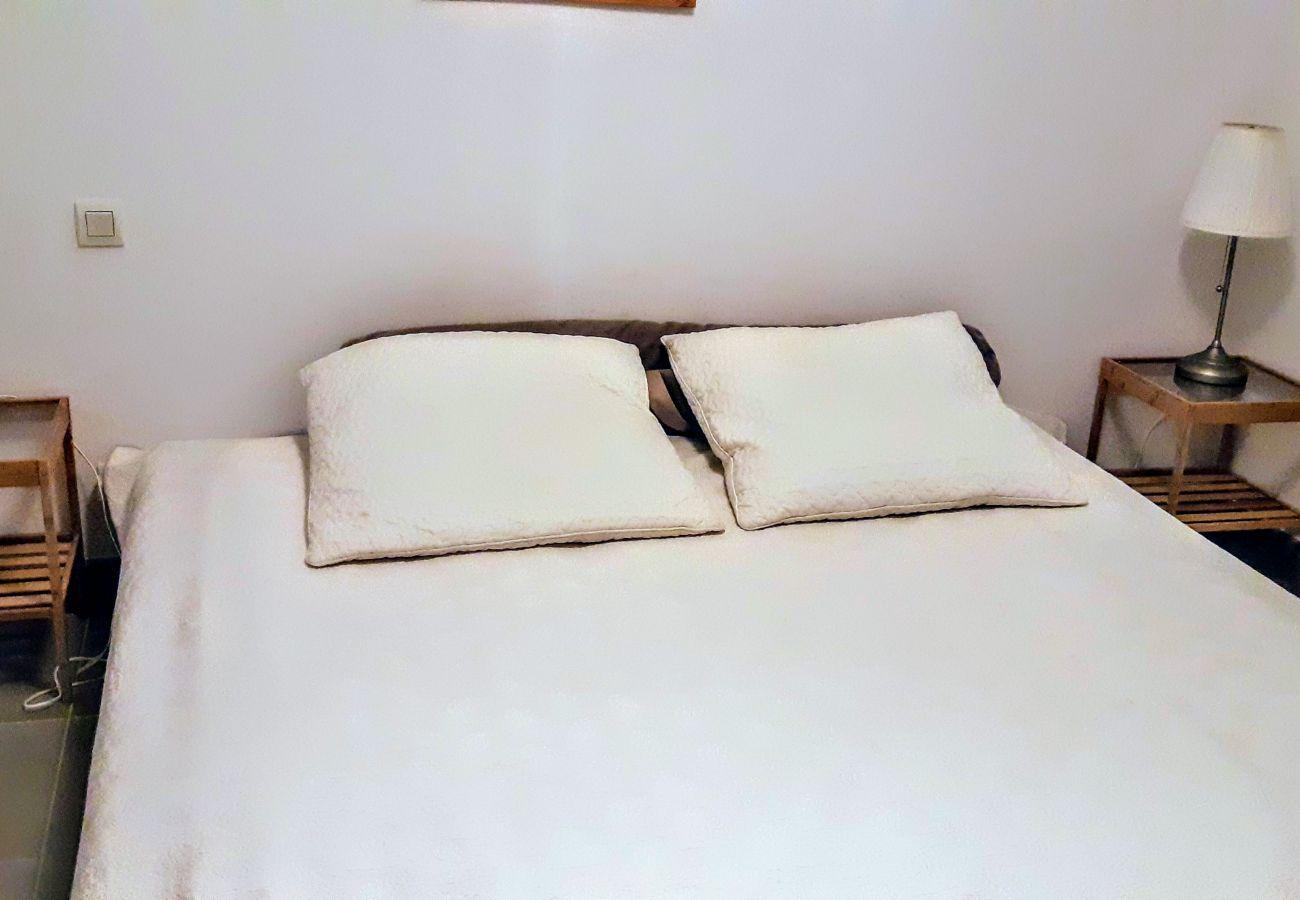 La chambre avec lit double de l'appartement de la résidence Rive Nature à Agay