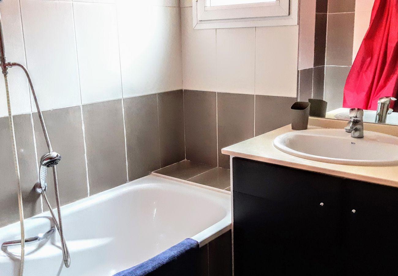 La salle de bain avec baignoire de l'appartement de la résidence Rive Nature à Agay