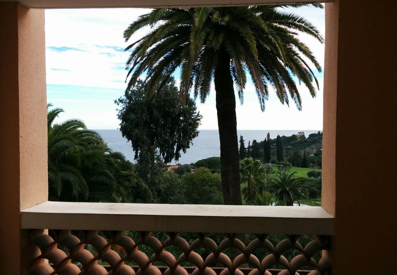 La vue sur le golf et la mer depuis la terrasse du studio de Cap Esterel à Agay