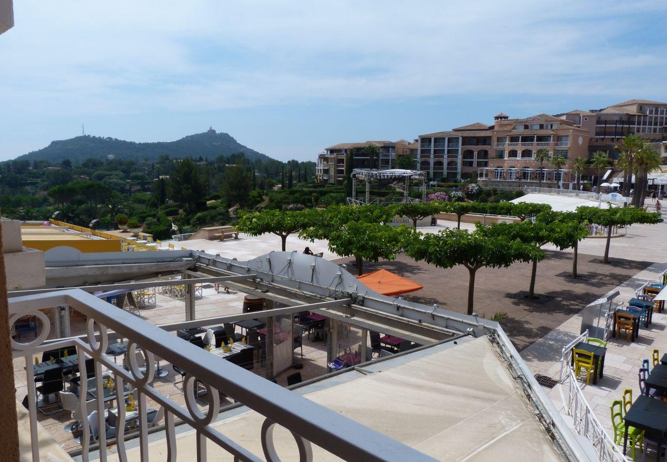 La vue de l'appartement sur la place centrale de Cap Esterel à Agay