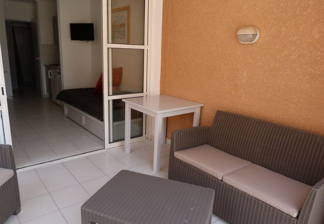 La terrasse de l'appartement avec vue sur la place centrale de Cap Esterel à Agay