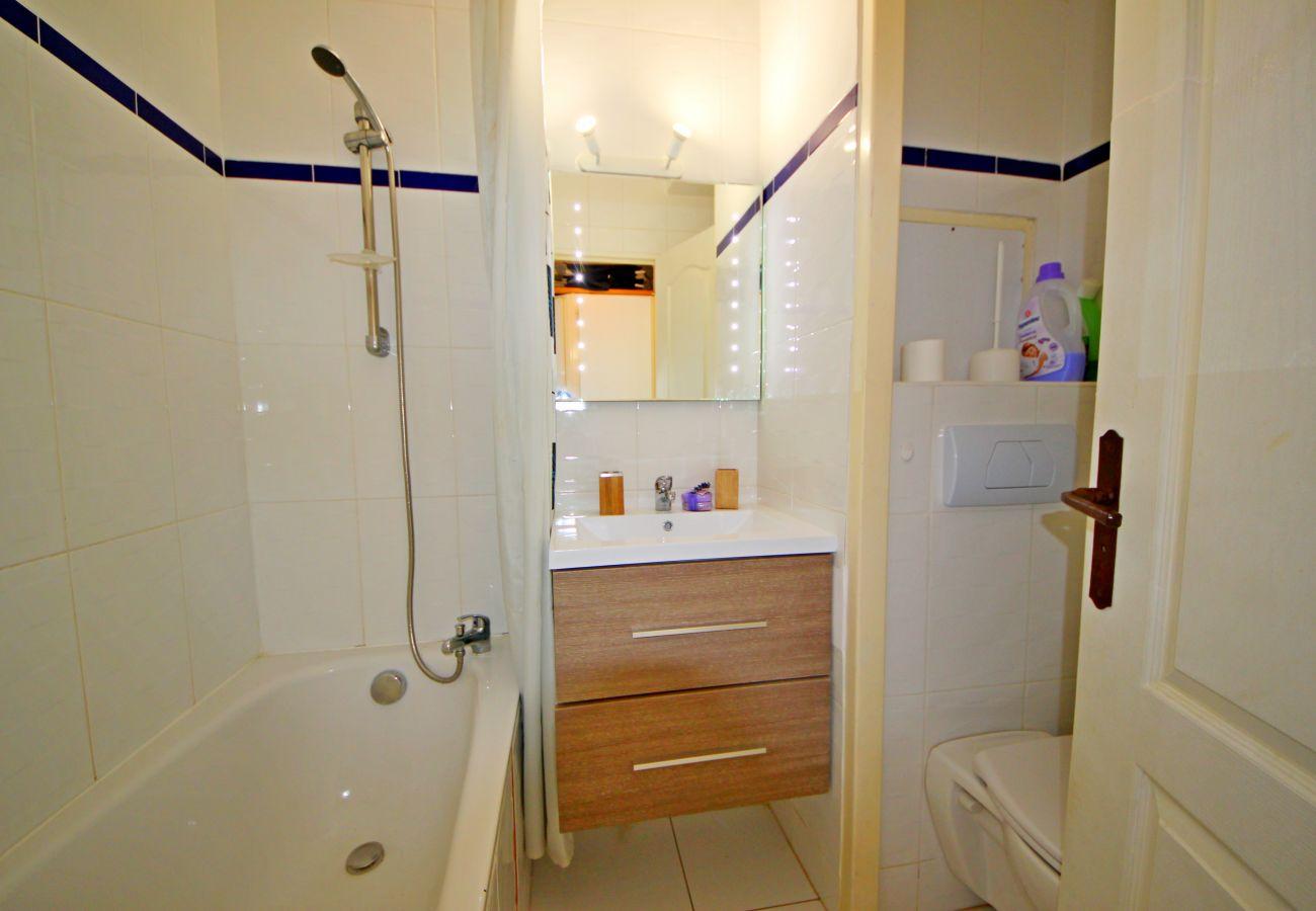 La salle de bain avec baignoire du studio de Cap Esterel à Agay