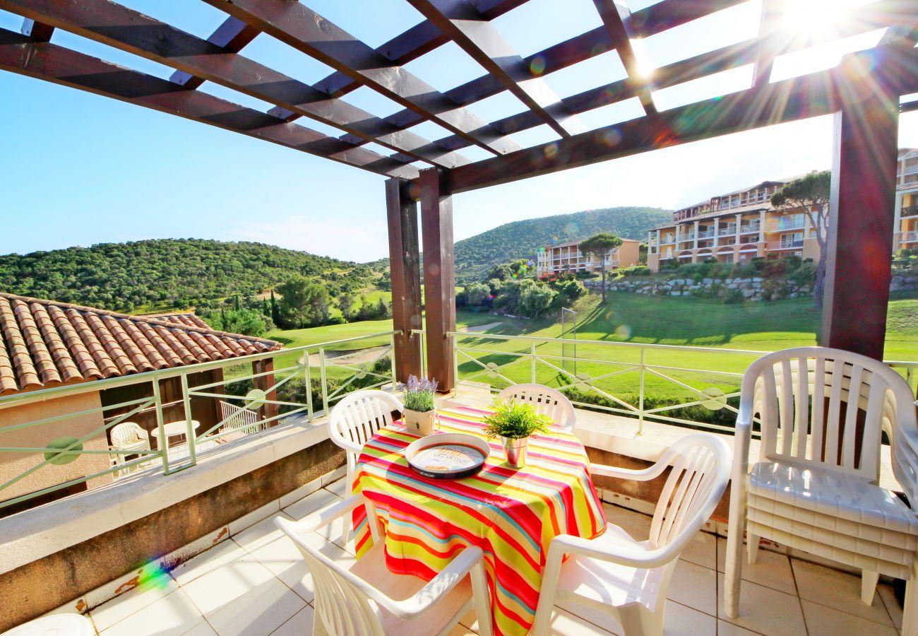 La terrasse de l'appartement avec vue sur la golf de Cap Esterel à Agay