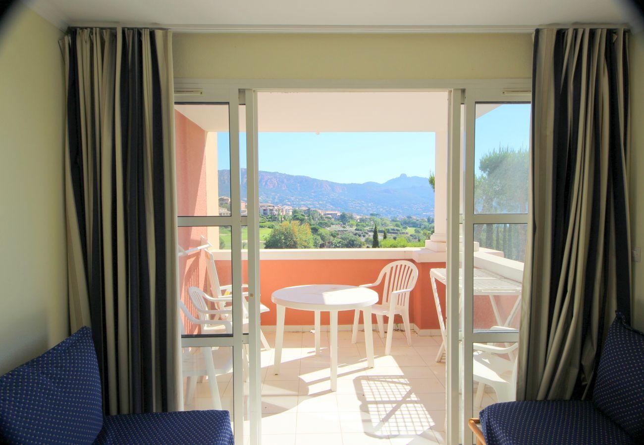 Le salon et la terrasse de l'appartement de Cap Esterel à Agay