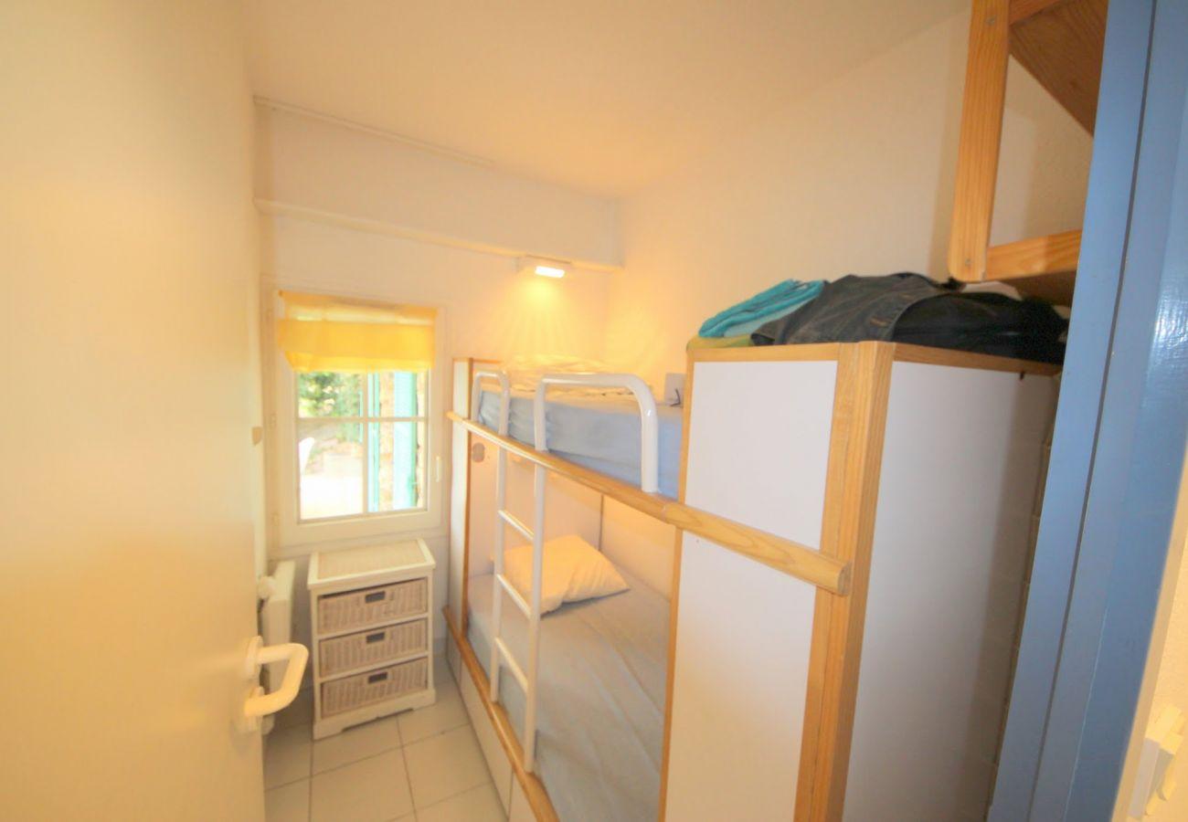 La chambre avec lits superposés de l'appartement de Cap Esterel à Agay