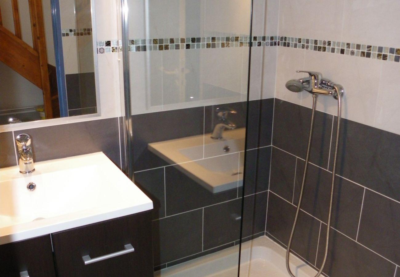 La salle de bain avec douche de l'appartement de Cap Esterel à Agay