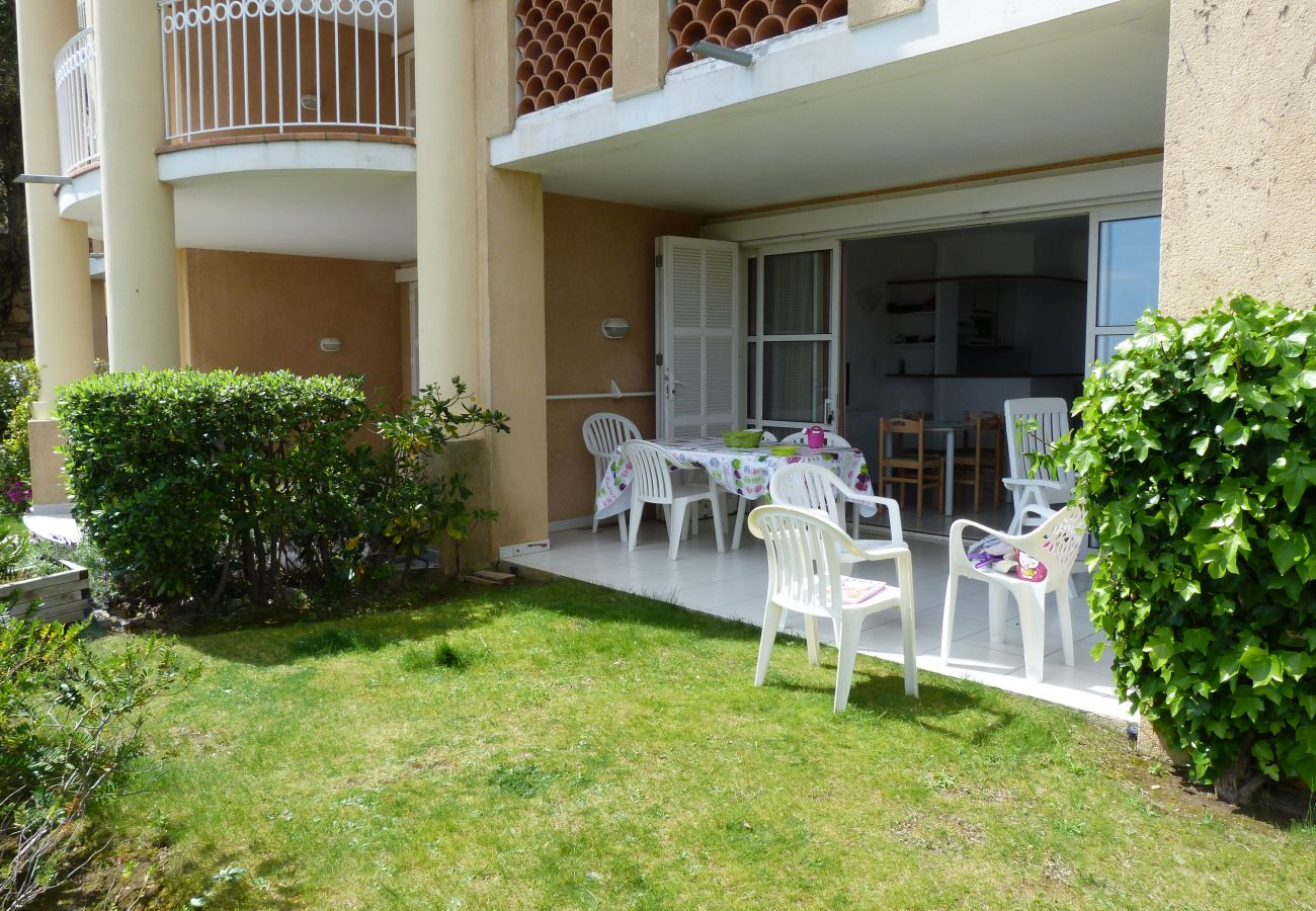 Le jardin et la terrasse de l'appartement de Cap Esterel à Agay