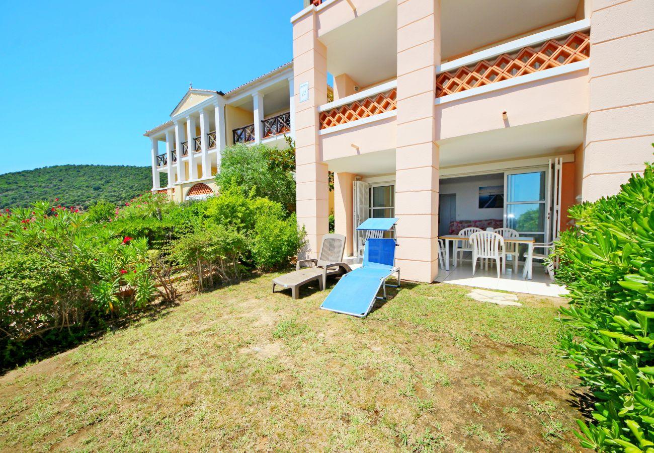 La terrasse et le jardin de l'appartement de Cap Esterel à Agay