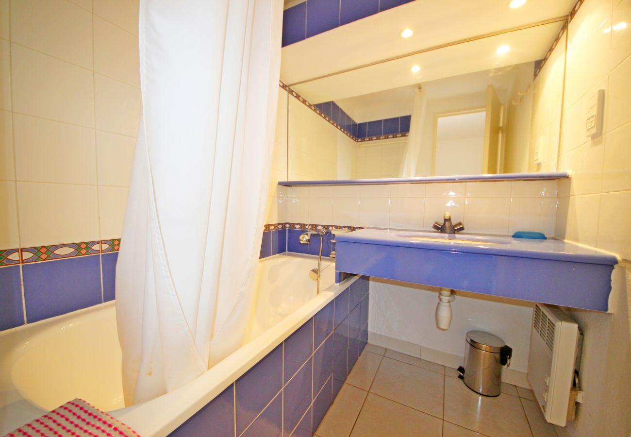 La salle de bain avec baignoire de l'appartement de Cap Esterel à Agay