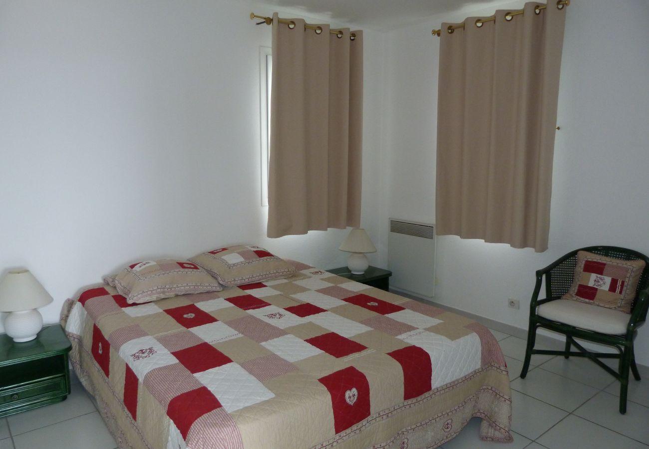 La chambre avec lit double de l'appartement de Cap Esterel à Agay