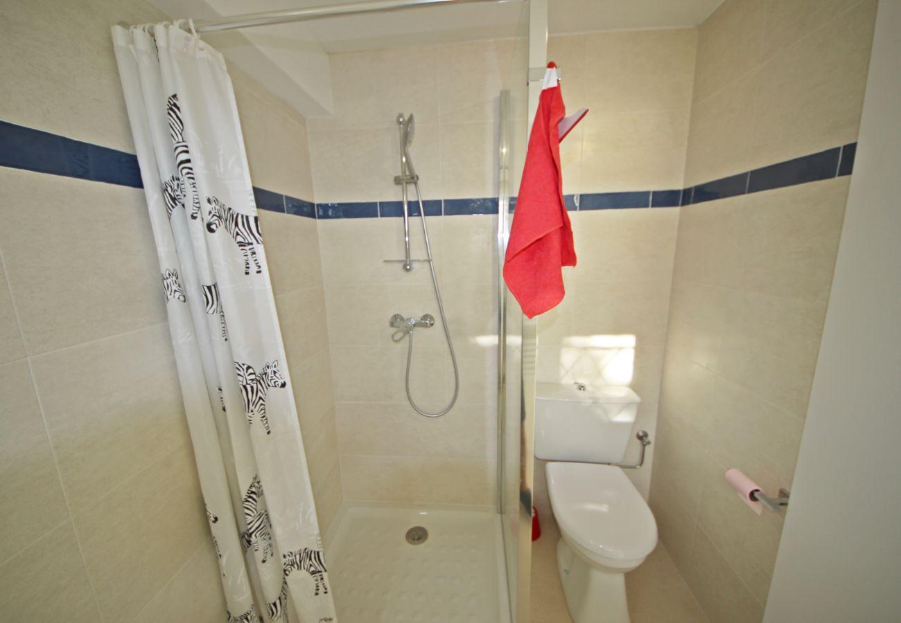 La salle de bain avec douche de la villa à Agay