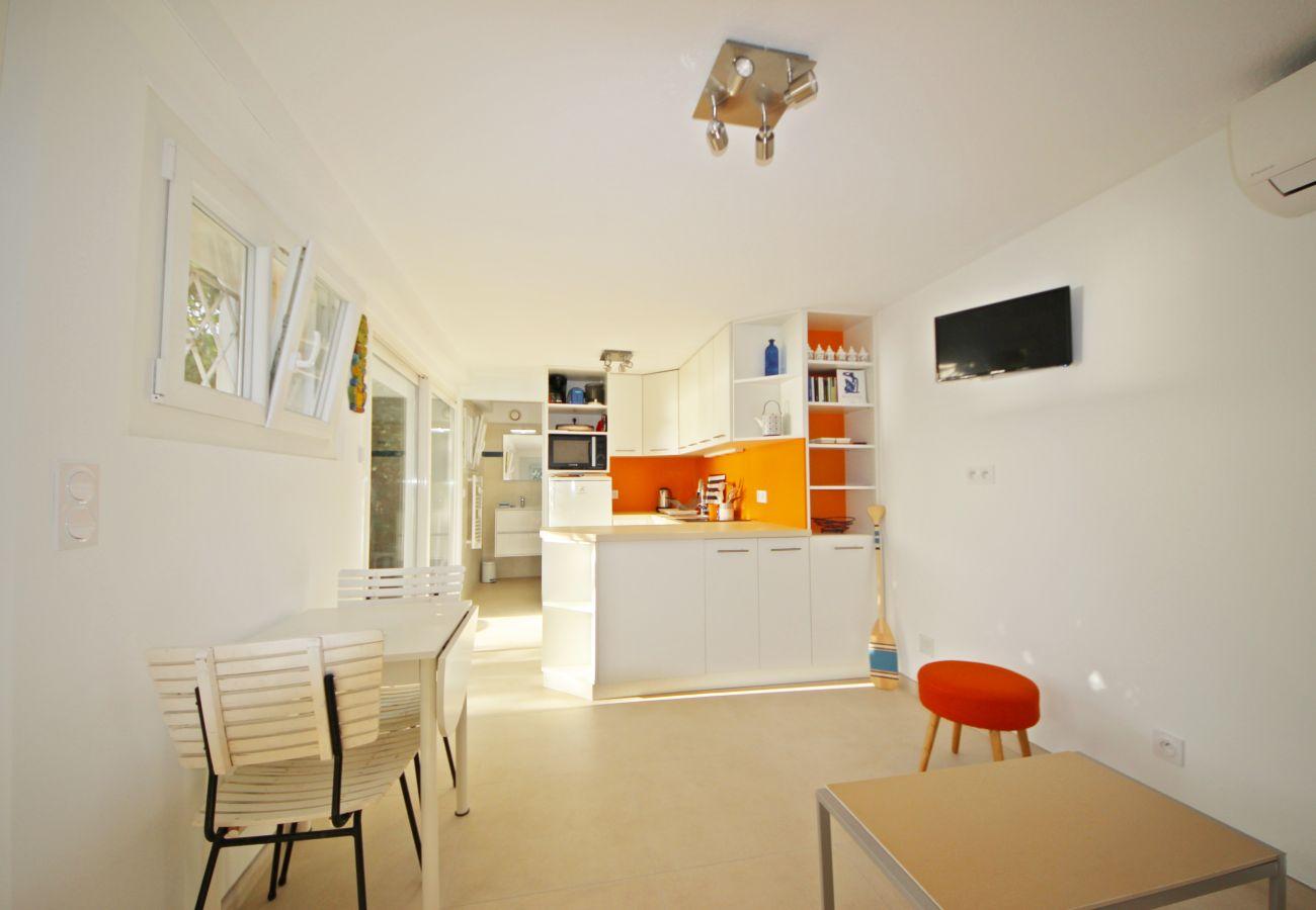 Le séjour et la cuisine de la villa à Agay