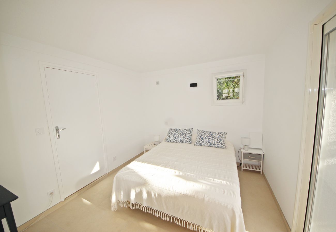 La chambre avec lit double de la villa à Agay