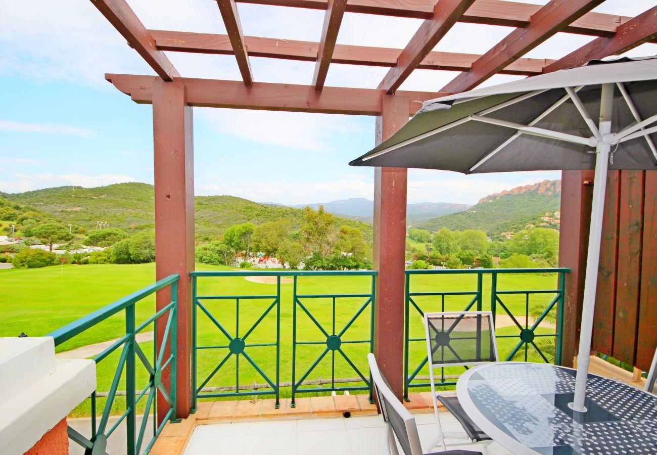 La terrasse de l'appartement avec vue sur le golf de Cap Esterel à Agay