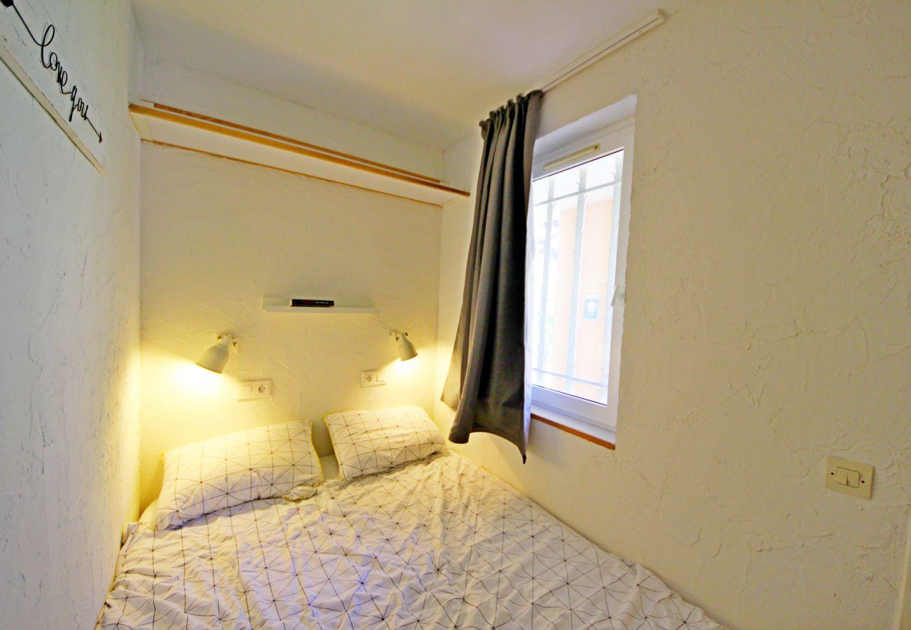 La cabine avec lit double du studio de Cap Esterel à Agay