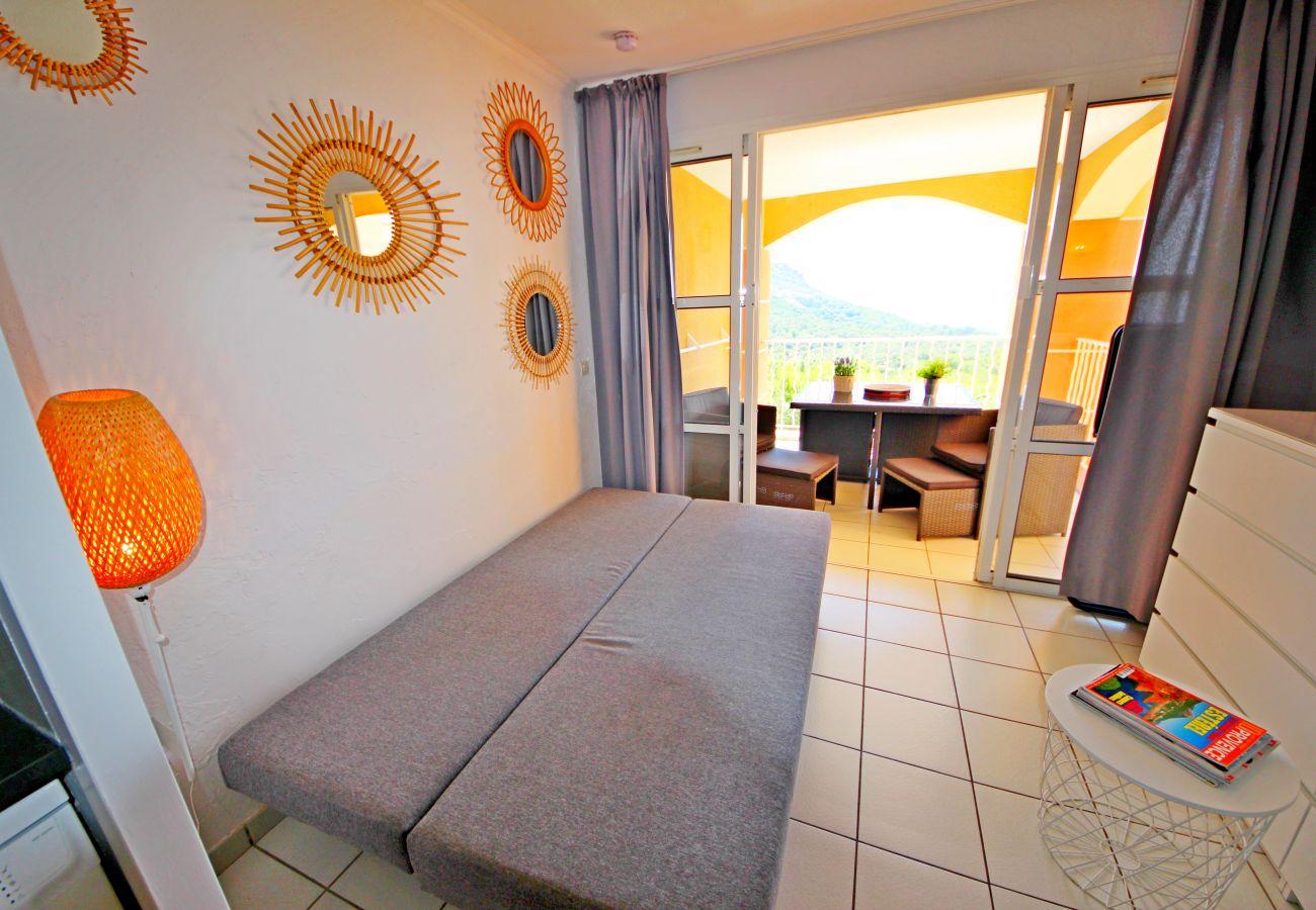 Le séjour avec le canapé déplié de l'appartement de Cap Esterel à Agay